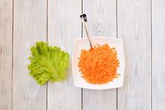 Δίκρανο στο πιάτο καρότων Στοκ Εικόνες