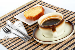 δίκρανο φλυτζανιών καφέ κέικ μέσα στο κουτάλι σφουγγαριών μαχαιριών στοκ εικόνες
