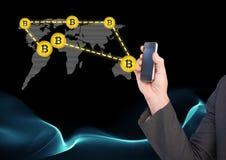 Δίκτυο εικονιδίων Bitcoin στον παγκόσμιο χάρτη και το τηλέφωνο εκμετάλλευσης χεριών Στοκ Φωτογραφίες