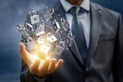 Δίκτυο με τις κλειδαριές ασφάλειας στο χέρι του επιχειρηματία Στοκ Φωτογραφίες