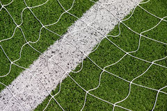 Δίκτυο στόχου ποδοσφαίρου με το πράσινο υπόβαθρο χλόης Στοκ Εικόνες