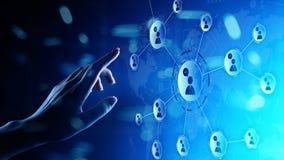 Δίκτυο σχέσεων ανθρώπων στην εικονική οθόνη Επικοινωνία πελατών και κοινωνική έννοια μέσων στοκ εικόνα