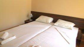 Δίκλινο δωμάτιο στο δωμάτιο ξενοδοχείου στο βουλγαρικό θέρετρο της ηλιόλουστης παραλίας απόθεμα βίντεο