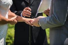 Δίμηνος μισθός ` s στο δάχτυλό της στοκ φωτογραφία με δικαίωμα ελεύθερης χρήσης