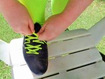 Δίνει τα δένοντας κορδόνια στις σφήνες ποδοσφαίρου ποδοσφαίρου στοκ εικόνες