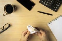 Δίνει τα μετρώντας χρήματα κέρδους στο επιχειρησιακό διάστημα Στοκ Φωτογραφία