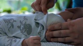 Δίνει τα πόδια του μωρού κτυπήματος απόθεμα βίντεο