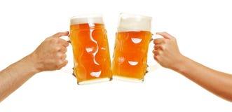 Δίνει τα clinking γυαλιά μπύρας Στοκ Εικόνες