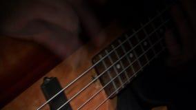 Δίνει τη βαθιά κιθάρα παιχνιδιού απόθεμα βίντεο