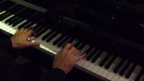 Δίνει τη λέσχη πιάνων παιχνιδιού τη νύχτα - σε αργή κίνηση φιλμ μικρού μήκους