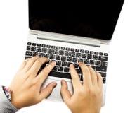 Δίνει το lap-top πληκτρολογίων δακτυλογράφησης Στοκ φωτογραφία με δικαίωμα ελεύθερης χρήσης