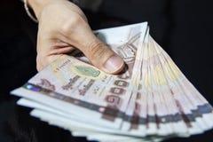 Δίνοντας τα χρήματα, ταϊλανδικά χρήματα, μπατ 1000 Στοκ Φωτογραφίες