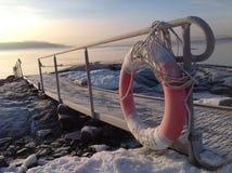 Δίοδος πέρα από το παγωμένο έδαφος και έναν lifebuoy Στοκ Φωτογραφίες