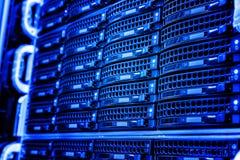Δίσκοι δισκέτας αποθήκευσης σειράς του κεντρικού υπολογιστή στο κέντρο δεδομένων Στοκ φωτογραφία με δικαίωμα ελεύθερης χρήσης