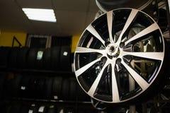 Δίσκοι ροδών στον έμπορο αυτοκινήτων στοκ φωτογραφίες με δικαίωμα ελεύθερης χρήσης