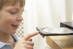 δίσκος αγοριών dvd που βάζει Στοκ εικόνες με δικαίωμα ελεύθερης χρήσης
