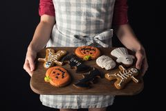 Δίσκος εκμετάλλευσης κοριτσιών με τα μπισκότα αποκριών Στοκ Εικόνες