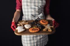 Δίσκος εκμετάλλευσης κοριτσιών με τα μπισκότα αποκριών Στοκ εικόνα με δικαίωμα ελεύθερης χρήσης
