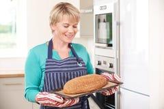 Δίσκος εκμετάλλευσης γυναικών με την κατ' οίκον γίνοντη φραντζόλα του ψωμιού Στοκ εικόνα με δικαίωμα ελεύθερης χρήσης