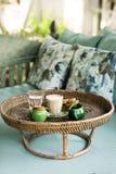 Δίσκος ινδικού καλάμου με το cappuccino στοκ φωτογραφία με δικαίωμα ελεύθερης χρήσης