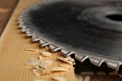 Δίσκος κυκλικός-πριονιών και ξύλινος πίνακας στο εργαστήριο ξυλουργών ` s στοκ εικόνες