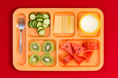 Δίσκος μεσημεριανού γεύματος με το δίκρανο, τα φρούτα, το τυρί και το γάλα Στοκ Εικόνες