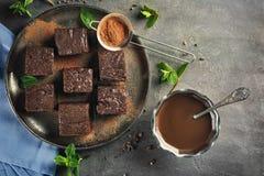 Δίσκος μετάλλων με το εύγευστο κακάο brownies στοκ φωτογραφία