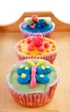 Δίσκος με ζωηρόχρωμο που διακοσμείται cupcakes Στοκ Φωτογραφία