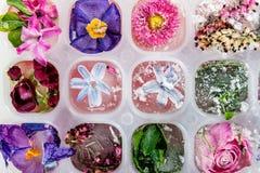 Δίσκος με τα παγωμένα λουλούδια στους κύβους πάγου στοκ εικόνες
