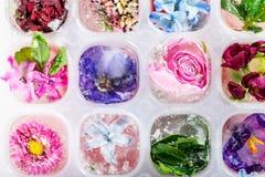 Δίσκος με τα παγωμένα λουλούδια στους κύβους πάγου στοκ φωτογραφία