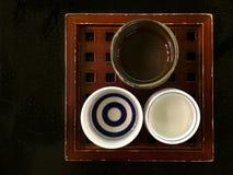 Δίσκος με τα φλυτζάνια χάρης Ochoko και Guinomi στοκ εικόνες