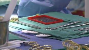 Δίσκος με τα χειρουργικά όργανα απόθεμα βίντεο