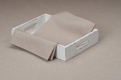 Δίσκος με τη φυσικά πετσέτα λινού και το επιτραπέζιο ύφασμα Στοκ Φωτογραφίες