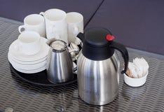 Δίσκος με τις σπόλες και το δοχείο καφέ στοκ φωτογραφία με δικαίωμα ελεύθερης χρήσης