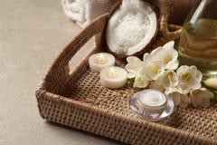 Δίσκος με το καλλυντικό SPA, η μισή από την καρύδα, λουλούδια στοκ φωτογραφία