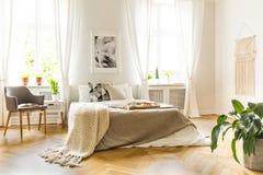 Δίσκος προγευμάτων σε ένα comfy κρεβάτι με τα άνετα μπεζ φύλλα και το κάλυμμα στοκ φωτογραφίες με δικαίωμα ελεύθερης χρήσης