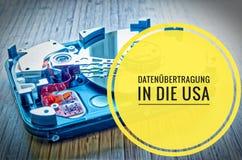 δίσκος 3 σκληρός 5 ίντσες ως αποθήκευση στοιχείων με τη μητρική κάρτα σε έναν πίνακα μπαμπού με σε γερμανικό Datenà ¼ bertragung  Στοκ φωτογραφίες με δικαίωμα ελεύθερης χρήσης