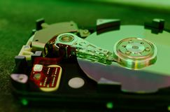 δίσκος 3 σκληρός 5 ίντσες ως αποθήκευση στοιχείων με τη μητρική κάρτα σε έναν πίνακα μπαμπού στοκ εικόνες
