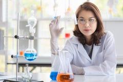 Δίσκος σωλήνων δοκιμής εκμετάλλευσης επιστημόνων στο χέρι της στοκ φωτογραφία
