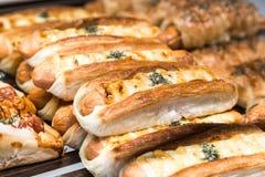Δίσκος του πρόσφατα ψημένου ελεύθερου ψωμιού γλουτένης με το τυρί λουκάνικων Στοκ Εικόνα