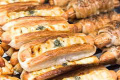Δίσκος του πρόσφατα ψημένου ελεύθερου ψωμιού γλουτένης με το τυρί λουκάνικων Στοκ φωτογραφία με δικαίωμα ελεύθερης χρήσης