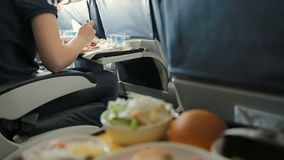 Δίσκος των τροφίμων στο αεροπλάνο απόθεμα βίντεο