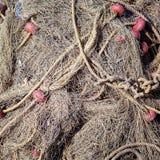 δίχτια του ψαρέματος παλαιά Το παλαιό σχοινί έστριψε και εσύνδεσε μια δέσμη σε ένα τραχύ ξύλινο υπόβαθρο Στοκ Εικόνες