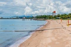 Δίχτυα καρχαριών και απότομων χτυπημάτων στην παραλία σκελών, Townsville, Australi Στοκ εικόνες με δικαίωμα ελεύθερης χρήσης
