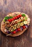 Δίχτυ κοτόπουλου ψητού kebab με το κεράσι που ψήνεται στη σχάρα BBQ ντομάτες, κολοκύθια και κόκκινα κρεμμύδια στα ραβδιά μπαμπού Στοκ φωτογραφίες με δικαίωμα ελεύθερης χρήσης