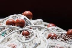 Δίχτυ του ψαρέματος με το κόκκινο υπόβαθρο επιπλεόντων σωμάτων Στοκ εικόνα με δικαίωμα ελεύθερης χρήσης