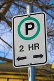 Δίωρο σημάδι χώρων στάθμευσης με τις επιτρεπόμενες κατευθύνσεις Στοκ εικόνες με δικαίωμα ελεύθερης χρήσης