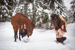 Δίδυμα αδελφές και άλογο στο χειμερινό δάσος Στοκ εικόνες με δικαίωμα ελεύθερης χρήσης