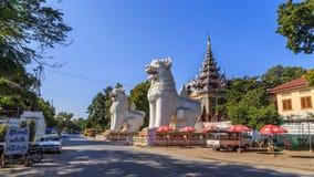Δίδυμα λιοντάρια στην είσοδο του ναού λόφων του Mandalay Στοκ φωτογραφία με δικαίωμα ελεύθερης χρήσης
