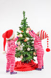 Δίδυμα και ένα χριστουγεννιάτικο δέντρο Στοκ Εικόνες